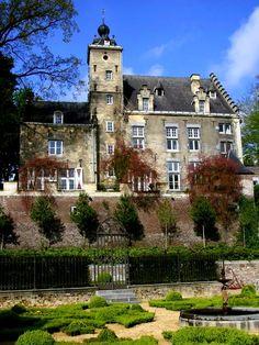 Maastricht - Huis de Torentjes is een deels 16e-eeuws kasteelachtig huis op de oostflank van de Sint-Pietersberg in het vroegere dorp Sint Pieter.