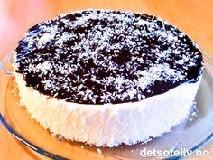 """""""Skumkake"""" er en krysning av godteri og kake som mange DIGGER! """"Skumkake"""" består av hvitt og luftig sukkerskum som er dekket med mørk sjokladeglasur og kokos. """"Skumkake"""" er alltid en KJEMPESUKSESS der det er barn til stede, men er også mange voksnes favoritt!! Yummy Snacks, Yummy Food, Norwegian Food, Pudding Desserts, Food Cakes, Let Them Eat Cake, Yummy Cakes, Cake Recipes, Cheesecake"""