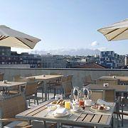 Disfrutar del desayuno con la capital asturiana a nuestros pies es posible en la terraza del AC Hotel Oviedo Forum.