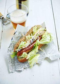 Hotdog à la saucisse de poulet et salade de chou blanc