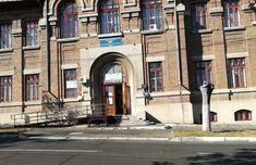 O secție de votare pentru câteva case. Se întâmplă la secția de votare nr. 45, de la Școala Gimnazială Nr. 20 din Galați... Case, Tudor