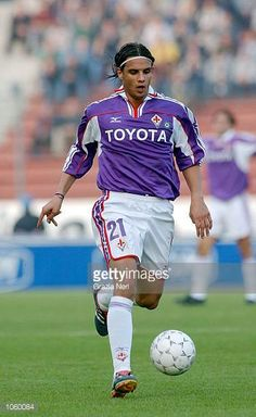 Pereira Ribeiro Nuno Gomes of Fiorentina in action during the Serie A Round League match between Udinese and Fiorentina played at the Friuli. Retro Football, Football Cards, Football Players, Baseball Cards, Everton Fc, All Star, Chelsea, Soccer, Action
