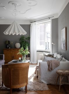 Pretty Swedish living room with dark grey walls and vintage furniture. Home Interior, Living Room Interior, Interior Design, Interior Livingroom, My Living Room, Living Room Decor, Dark Grey Walls, Lovely Apartments, Scandinavian Home