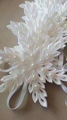Hviezdička je vyrobená technikou kanzashi, pri výrobe sú p Diy Ribbon Flowers, Cloth Flowers, Kanzashi Flowers, Ribbon Art, Satin Flowers, Fabric Ribbon, Ribbon Crafts, Flower Crafts, Fabric Flowers