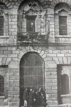 Newgate prison on Green st Dublin where people were hanged on that balcony, people below looking at the next hanging notice Dublin Map, Dublin Hotels, Visit Dublin, Dublin Castle, Dublin City, Dublin Ireland, Old Pictures, Old Photos, Gone Days
