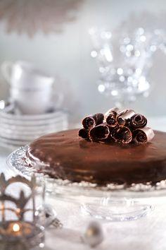 Ruusuritarikunnan minttusuklaakakku on mutakakun tapaan tuhdin suklainen. Se saa mintunmaun kuorrutteesta ja nimensä koriste suklaaruusukkeista.