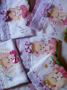 Pintura by Prika Reis Artesanato. Embroidery Applique, Embroidery Stitches, Fun Crafts, Diy And Crafts, Painted Beds, Baby Sheets, Baby Frocks Designs, Punch Needle Patterns, Baby Burp Cloths