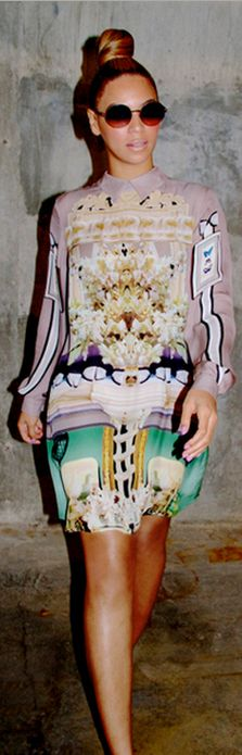 Fabulous Moms: Beyonce triples her style kudos wearing Mary Katrantzou Beyonce 2013, Looks Chic, Looks Style, Beyonce Vestidos, Style Beyonce, King B, Mode Ootd, Pose, Leather Trousers