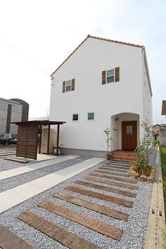 岐阜、愛知で家づくり ナチュールホームの家。真っ白なスイス漆喰「カルクウォール」のかわいい家。枕木の玄関アプローチとのバランスもいいです✨