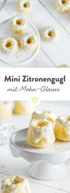 Mini-Zitronen-Gugl mit weißer Schokolade-Mohn-Glasur: Kleine Küchlein lassen das Kuchenherz immer wieder vor Entzücken hüpfen. Sie sind einfach so…niiiiedlich!
