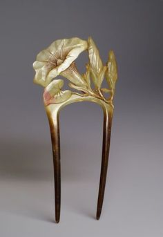 Art Nouveau horn comb, bindweed motif Europe - France, Early c. Width : 2 inch Height : 4 inch Depth : inch Art Nouveau comb with a carved bindweed flower and its buds. Hair Jewelry, Jewelry Art, Antique Jewelry, Vintage Jewelry, Jewellery, Bijoux Art Nouveau, Art Nouveau Jewelry, Vintage Accessories, Hair Accessories