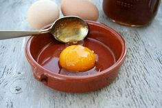 Huevo Con Miel Raw egg yolk with raw honey. I've been told for SO long not to eat raw eggs. We do have our own chickens and their eggs are great. maybe worth a shot! Egg Face Mask, Egg Mask, Face Masks, Facial For Dry Skin, Mask For Dry Skin, Facial Diy, Skin Mask, Make Hair Thicker, How To Make Hair