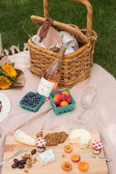 target home decor how to host a parisian picnic via everyday parisian Picnic Date, Summer Picnic, Beach Picnic Foods, Picnic In Paris, Fall Picnic, Backyard Picnic, Classic Home Decor, European Home Decor, Summer Aesthetic