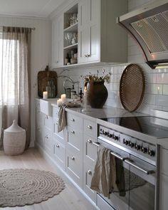 Det blev lite mysigare med gardiner i köket 🍂 . It's a little bit more cozy with curtains in the kitchen. Cozy Kitchen, Rustic Kitchen, Shaker Kitchen, Interior Design Inspiration, Home Decor Inspiration, Petite Kitchen, Shabby Chic Kitchen Decor, Modern Kitchen Interiors, Küchen Design