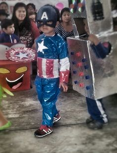 Disfraz reciclado capitan america Up Costumes, Jethro, Recycled Fashion, Pop Art, Recycling, Fashion Show, Batman, Halloween, Hats