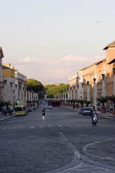 Compre su boleto y reserve en el mejor hotel de Roma ya mismo. La ciudad lo cautivará con lo mejor del mundo antiguo. Sus paisajes y construcciones lo dejarán sin aliento.