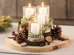 Centre de table avec des rondins de bois et des bougies. 17 Décorations de Noel DIY avec des rondins de bois