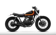 This amazing scrambler motorcycle suzuki is certainly an inspirational and very good idea Suzuki Cafe Racer, Cafe Racer Bikes, Cafe Racer Build, Tracker Motorcycle, Scrambler Motorcycle, Moto Bike, Brat Bike, Yamaha 125, Honda 125