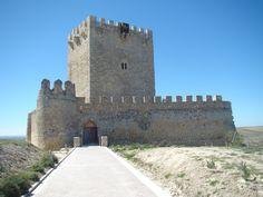 CASTLE OF SPAIN - Castillo de Tiedra, Valladolid. La primera mención que se tiene sobre la existencia del castillo es de tiempos del rey Sancho II, cuando este ordena al Cid la misión de acordar con su hermana la infanta Urraca de Zamora, la entrega voluntaria de la ciudad de Zamora, este acuerdo nunca se llevó a cabo. Años más tarde el castillo formaría parte de la donación que hizo Alfonso IX a su mujer Berenguela de Castilla, como compensación tras el divorcio.