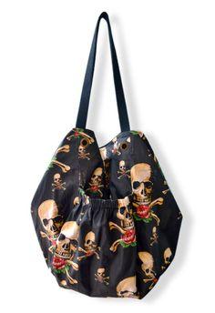 Chloe Skull    Bolsa em algodão com alças em cadarço de algodão. Com bolso interno, porta-chaves, fechamento imantado e bolsos externos com elástico. R$ 88,00