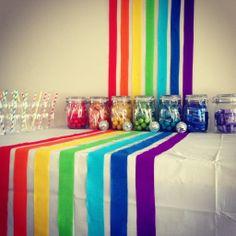 Like the idea of streamers for the backdrop forming a rainbow - ¡Decoración de arcoíris muy sencilla y vistosa!