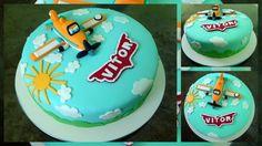 Aviões da Disney! Este foi para comemorar o 3° ano do Vitor. A mamãe dele escolheu este tema, porque ele é simplesmente apaixonado por aviões e claro, no bolo não poderia faltar um lindo avião no topo que fiz todo em pasta americana. Gostaram?