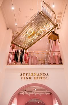 Home Decoration Ideas Images Boutique Interior, Boutique Decor, Retail Interior, Interior And Exterior, Stylenanda Pink Hotel, Beauty Salon Decor, Store Interiors, Tall Ceilings, Retail Shop