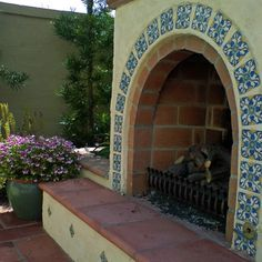 The hand-painted tile decorating this arched outdoor fireplace adds just the right touch to this Spanish-inspired landscape. Design by Studio H Landscape Architecture in Newport Beach, CA. (I NEED a Rumford fireplace! Spanish Style Decor, Spanish Style Homes, Spanish House, Spanish Colonial, Spanish Exterior, Outside Fireplace, Backyard Fireplace, Fireplace Ideas, Rumford Fireplace