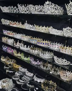 Glamor and luxury Glamour und Luxus Glamor and luxury - Cute Jewelry, Hair Jewelry, Jewelry Accessories, Follow Insta, Crystal Crown, Bridal Crown, Tiaras And Crowns, Crown Jewels, Quinceanera Dresses