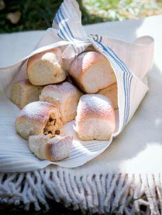 Voní i chutnají po pravém másle. Buchty s jablky jsou nejlepší ještě teplé, obalené v cukru a třeba s horkým čajem nebo kávou. Camembert Cheese, Bread, Food, Brot, Essen, Baking, Meals, Breads, Buns