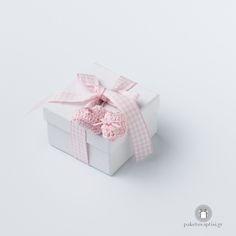 Μπομπονιέρα Βάπτισης Χάρτινο Λευκό Κουτάκι Καρό Ροζ Φιογκάκι με Μπρελόκ Παπουτσάκια Decorative Boxes, Home Decor, Decoration Home, Room Decor, Interior Decorating
