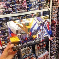 El nuevo RG Wing Gundam EW ya está en tu tienda #Zaitama  Ven por él a nuestra tienda de Providencia de lunes a viernes de 13:00 a 20:00 hrs. y sábados de 11:00 a 16:00 hrs.  O búscalo en nuestra tienda virtual www.zaitama.com