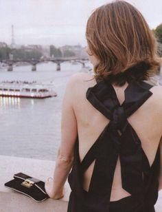 vestido con la espalda al descubierto
