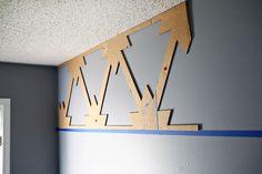 Fácil y barato!  Hacer una pared declaración con plumas de la pintura (clic a través de tutorial)