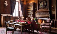 Château de Tocquevilles I biblioteket står filosofen Alexis de Tocquevilles skrivbord kvar. Porträttet på öppna spisen föreställer Ludvig XIV:s favoritingenjör, markisen av Vauban, en annan berömd släkting.