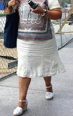 Another nicely wrinkled skirt crotch on this linen skirt. A woman's size or shape doesn't matter, she just has a fascinating appeal to me when her skirt is intensely wrinkled like this!