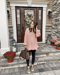 Attractive Sneaker Outfit Ideas for Autumn and Winter Casual Maternity Outfits, Stylish Maternity, Casual Fall Outfits, Maternity Wear, Maternity Fashion, Maternity Style, Winter Outfits, Pregnancy Style, Fall Maternity Clothes