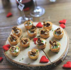 kanapeer med hjemmerørt gedeost og kantareller - perfekte til Valentinsdag, www.bydianawi.com Tapas, Mini Cupcakes, By, Hygge, Finger Foods, Smoothies, Cheesecake, Beverages, Snacks
