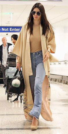 Kendall Jenner Wore the Most Extra Look for a Deli Run and We Love It Jenner goes casual chic for her flight from London to Los Angeles wearing a tan bodysuit and RE/DONE Look Boho, Look Chic, Boho Style, Mode Outfits, Fashion Outfits, Womens Fashion, Mode Kimono, Mode Abaya, Evolution Of Fashion