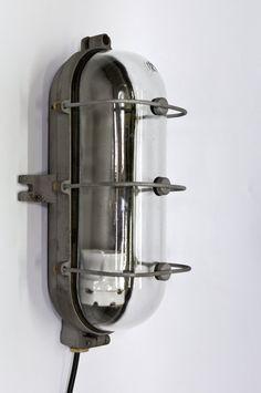 Sold - Industriële verlichting te gebruiken als wand- of plafondlamp. Wordt ook wel kooilamp genoemd. De lamp is van het merk Industria, zie hiervoor het merk op 1 van de foto's (in het glas) ook staat er een nummer in de lamp: no. 810. Voor zover wij hebben kunnen nagaan bestaat Industria bv. niet meer in Nederland