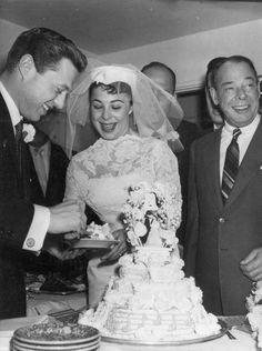 1957 - Singers Eydie Gorme and Steve Lawrence cut the first slice of their wedding cake at the home of El Rancho Vegas Hotel owner, Beldon Katleman, during their wedding. Still together after 55 years! Celebrity Wedding Photos, Celebrity Couples, Celebrity Weddings, Wedding Dress Trends, Wedding Gowns, Star Wedding, Wedding Cake, Hollywood Wedding, Bridal Cape