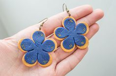 Polymer clay flowers earrings in gold and navy blue , perfect for special occasion or casual outfit. They are made of polymer clay and micro