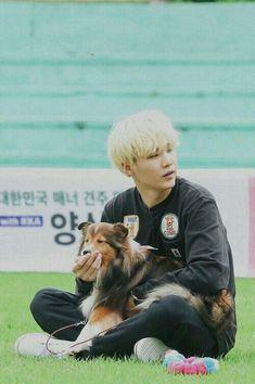 Yoongi with dog // I love seeing BTS with animals and kids its just adorable Suga Suga, Jhope, Jungkook Jeon, Min Yoongi Bts, Min Suga, Bts Bangtan Boy, Bts Boys, Namjoon, Taehyung