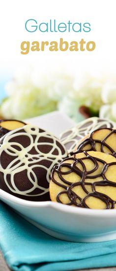 Esta versión de galletas garabatos es deliciosa y fácil de preparar. Deliciosa galleta sándwich de mantequilla rellena de una cremosa ganache de chocolate amargo y rallada con más chocolate, irresistiblemente deliciosa. Köstliche Desserts, Delicious Desserts, Dessert Recipes, Yummy Food, Cookie Time, Fun Cookies, Cupcake Cookies, Cupcakes, Royal Icing Cookies Recipe