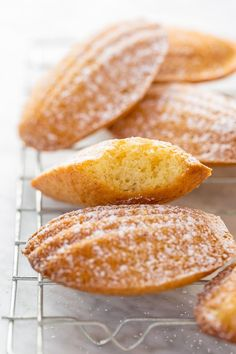Classic French Madeleines Today I& teaching you exactly how to make Classic French Madeleines! They taste just like the ones you& find in a Parisian boulangerie! The post Classic French Madeleines & baking is therapy appeared first on Patisserie . Desserts Français, French Desserts, Plated Desserts, French Food Recipes, French Snacks, Madeline Cookies Recipe, Cookie Recipes, Baking Recipes, Kolaci I Torte