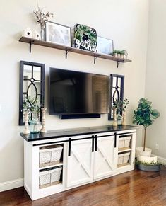 How to decorate a small salon? Living Room Remodel, New Living Room, Apartment Living, Home And Living, Above Tv Decor, Shelf Above Tv, Living Room Decor Above Tv, Tv Wanddekor, Interior Design