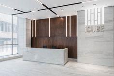 Главной темой в оформлении входной зоны стал строгий монохромный логотип стильного бизнес-центра