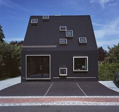 Konsequent schwarz: Von der bitumenverkleideten Fassade ...