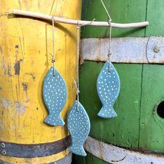 Blij om dit item uit mijn #etsy shop te delen: Handmade ceramic wallhanging with three blue fish Wind Chimes, Hanger, Ceramics, Outdoor Decor, Handmade, Crafts, Vintage, Home Decor, Ceramica