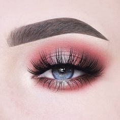 Can you handle this beauty? 😍🌺 This coral halo eye is pure perfection! ✨ To create it @anneloesdebets used the #SoulBlooming Eyeshadow…